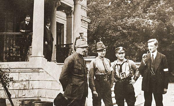 Jan Kowalewski (pierwszy z lewej). Sławięcice, III Powstanie Śląskie, 1921 r.